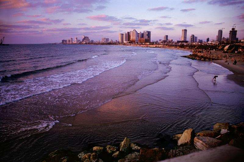 """צילום 'חוף תל-אביב' של הצלמת סמדר ברנע, באוסף הפרטי של ד""""ר ג'רוד קאופמן"""